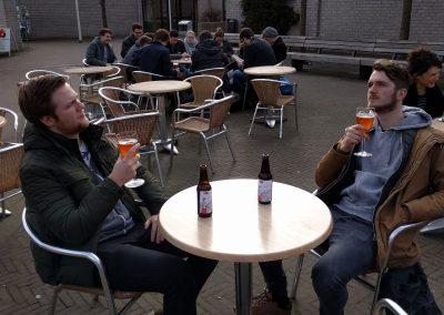 In het zonnetje op het terras met de laatste RAGnarok biertjes